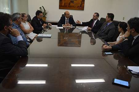Promotores, assessores e demais funcionários participam da assinatura do termo de cooperação