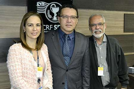 Dra. Renata Pietro, presidente do Coren-SP; Dr. Marcos Machado, presidente do CRF-SP e Dr. Cláudio Silveira, vice-presidente do Coren-SP